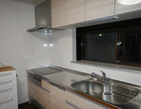 ハイクラスのドアパネルで高級感あふれるキッチンに キッチンリフォーム クリナップ クリンレディ 設置写真