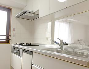 白を基調にした明るいキッチンに LIXILシエラ キッチンリフォーム