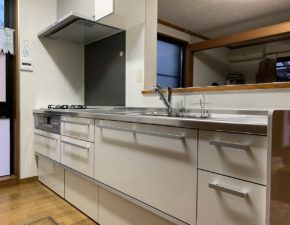 白を基調にした清潔感あるキッチンに ラクエラ